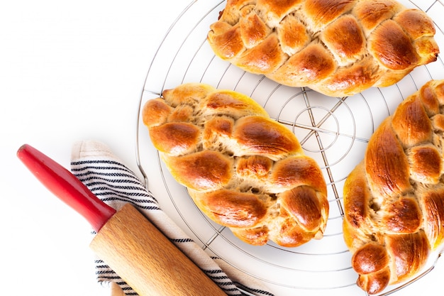 Conceito de comida caseira fresco cozido pão trança chalá de massa