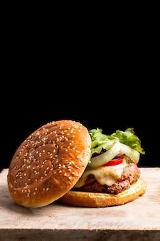 Conceito de comida caseira hamburger na placa de ardósia preta com espaço de cópia