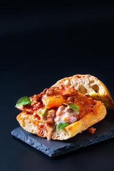 Conceito de comida caseira orgânico bolonhesa grelha sanduíche de pão artesanal em preto