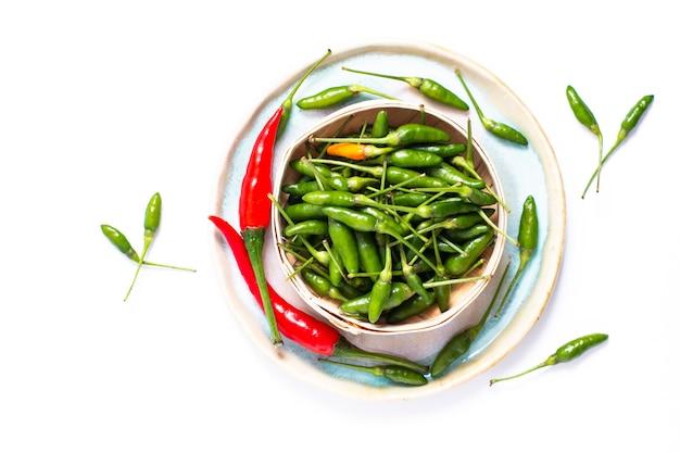 Conceito de comida chili padi, olho de pássaro chili, pimenta tailandesa e pimentão vermelho na bandeja de bambu