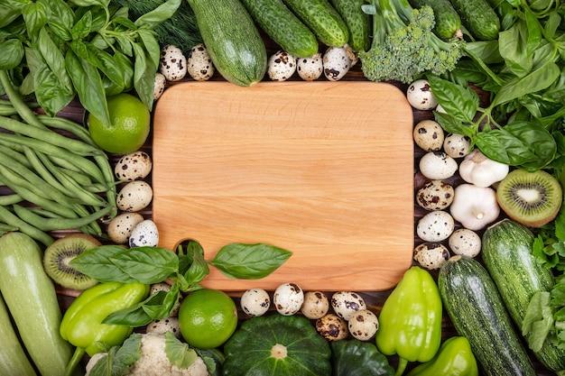 Conceito de comida crua, uma variedade de frutas e vegetais orgânicos