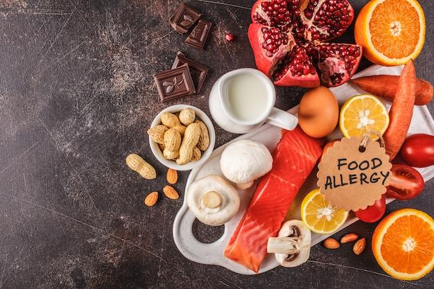 Conceito de comida de alergia. alergias para pescar, ovos, frutas cítricas, chocolate, cogumelos e nozes.