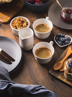 Conceito de comida de café da manhã acolhedor fundo escuro de madeira