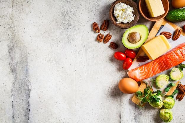 Conceito de comida de dieta ceto. peixe, ovos, queijo, nozes, manteiga e legumes