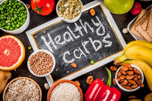 Conceito de comida de dieta, produtos de carboidratos saudáveis (carboidratos) - frutas, legumes, cereais, nozes, feijão