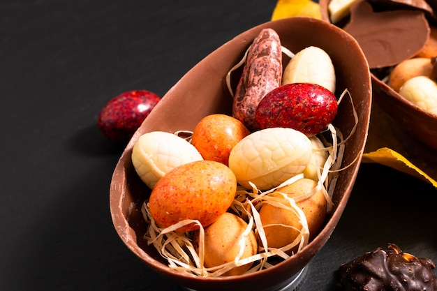 Conceito de comida de férias doces coloridos e ovos de páscoa de chocolate com espaço de cópia