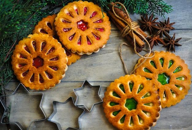 Conceito de comida de natal com biscoitos, especiarias e cortadores