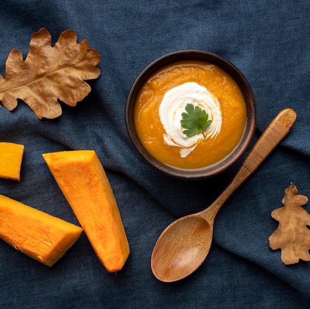 Conceito de comida de outono de sopa de abóbora vista superior