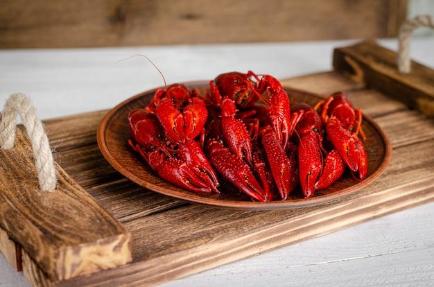 Conceito de comida delicada. lagostas em uma bandeja de madeira. copie o espaço