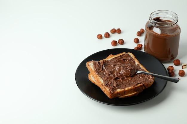 Conceito de comida deliciosa com pasta de chocolate no fundo branco