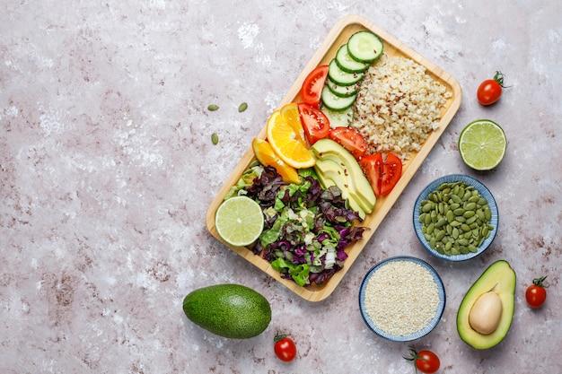 Conceito de comida equilibrada vegetariana saudável, salada de legumes frescos, tigela de buda