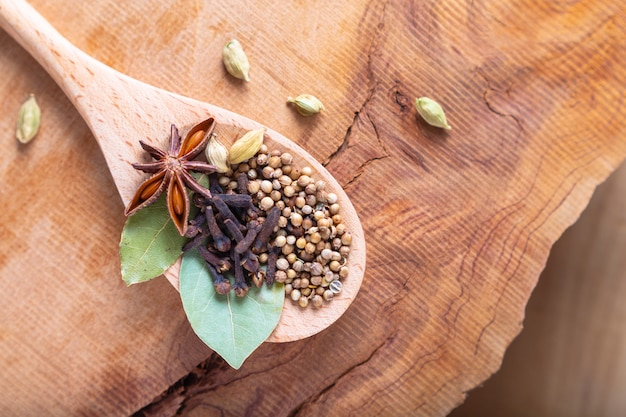 Conceito de comida exótica à base de plantas mistura das especiarias orgânicas