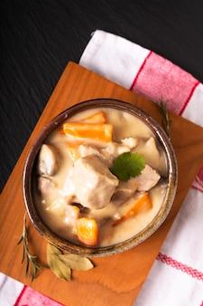 Conceito de comida francesa clássica blanquette de veau ou vitela em molho de vinho branco em copo de cerâmica artesanal com espaço de cópia