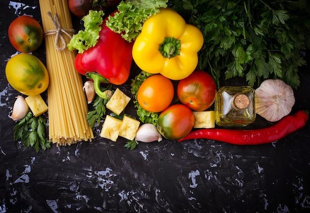 Conceito de comida italiana. massas, tomate, azeite, pimenta, salsa e queijo. foco seletivo. topo