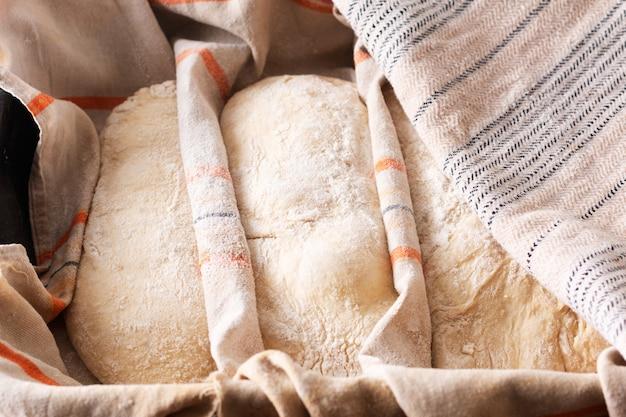 Conceito de comida, massa crescente de artesão caseiro clássico estilo italiano massa de levedura pão ciabatta