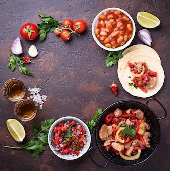 Conceito de comida mexicana. salsa, tortilla, feijão, fajitas e tequila