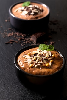 Conceito de comida mousse de chocolate francês caseiro, mousse de chocolate no copo de cerâmica