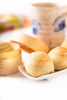 Conceito de comida oriental caseira orgânica huaiyang espiral bolo de lua de pastelaria escamosa chinesa