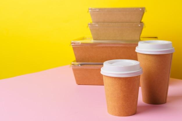 Conceito de comida para viagem. alguns alimentos embalados em recipiente com uma xícara de café