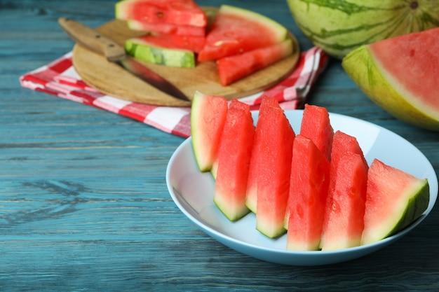 Conceito de comida saborosa com melancia na mesa de madeira azul