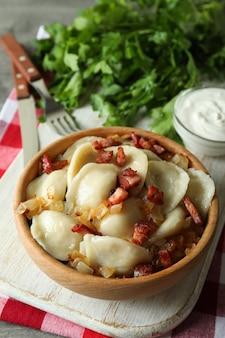 Conceito de comida saborosa com vareniki ou pierogi, close-up