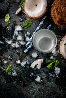 Conceito de comida saudável. água de coco orgânica fresca