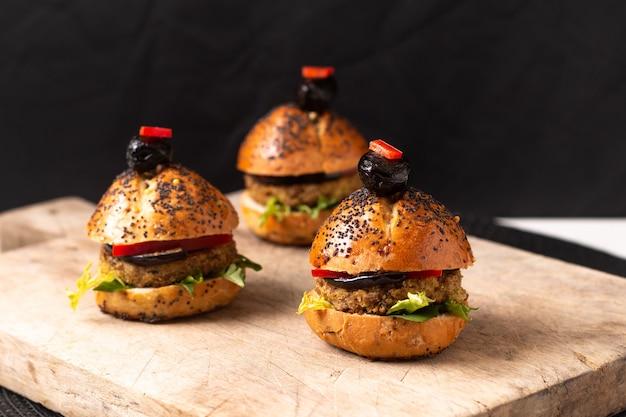 Conceito de comida saudável caseiro hambúrgueres mini na placa de madeira