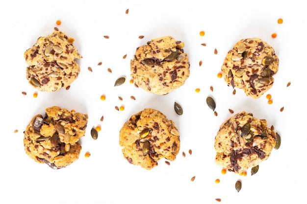 Conceito de comida saudável caseiro trail mix orgânicos grãos integrais bolinhos de energia em fundo branco, com espaço de cópia