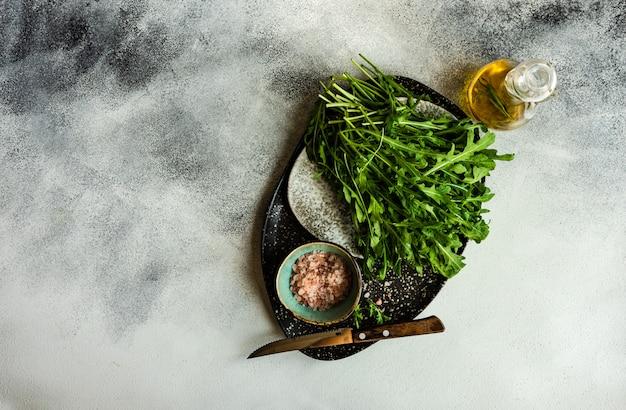 Conceito de comida saudável com ervas de rúcula