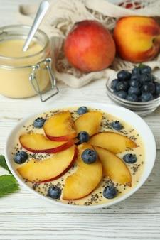 Conceito de comida saudável com iogurte de pêssego na mesa de madeira branca