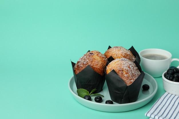 Conceito de comida saudável com iogurte de pêssego na mesa esfumada preta