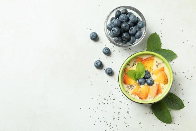 Conceito de comida saudável com iogurte de pêssego na mesa texturizada branca