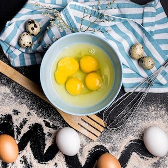 Conceito de comida saudável com ovos na tigela
