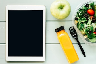 Conceito de comida saudável com tablet e salada
