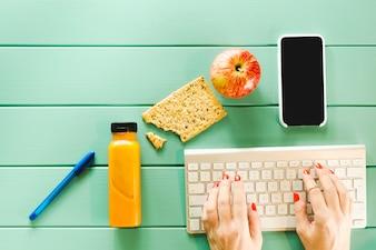 Conceito de comida saudável com teclado