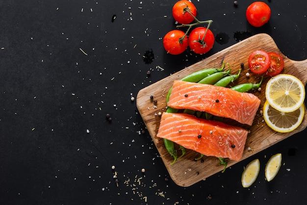 Conceito de comida saudável de dieta, filé de salmão fresco cru e ingredientes em fundo de madeira
