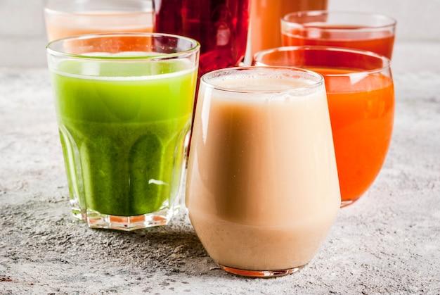 Conceito de comida saudável, diferentes smoothies de sucos de frutas e legumes