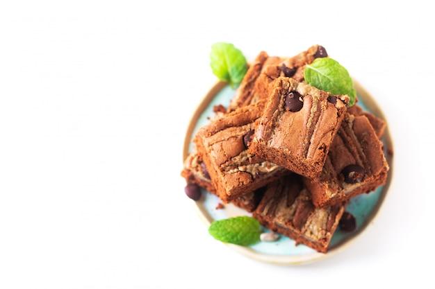 Conceito de comida saudável fudge orgânico caseiro sementes de girassol brownies de manteiga isoladas no fundo branco
