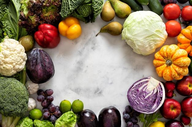 Conceito de comida saudável. legumes e frutas na luz de fundo