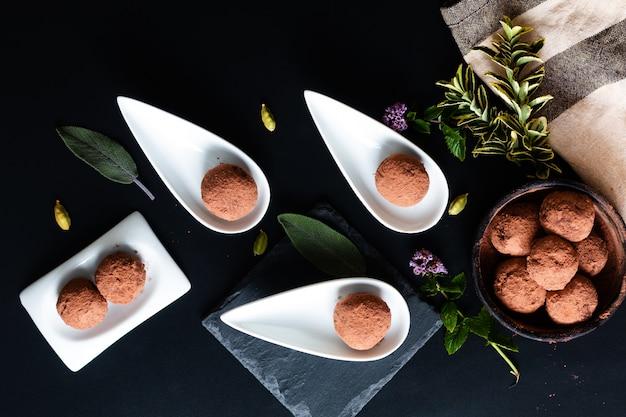 Conceito de comida saudável orgain caseiro trufa de chocolate no preto