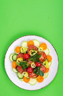 Conceito de comida saudável. placa com legumes frescos picados no fundo brilhante. foto do estúdio.