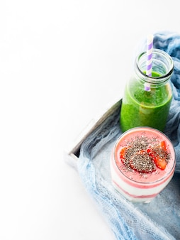 Conceito de comida saudável smoothie verde iogurte fruta chia