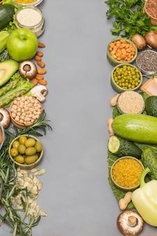 Conceito de comida saudável, vegetais vermelhos verdes, sementes nozes.