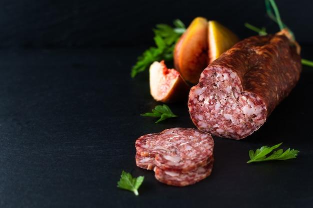 Conceito de comida seca salsicha na placa de ardósia preta