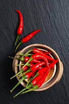 Conceito de comida tailandesa pimentão vermelho, pimenta caiena na bandeja de bambu