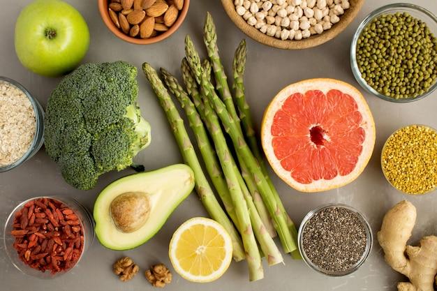 Conceito de comida vegetariana com vegetais, frutas, nozes e pólen de abelha