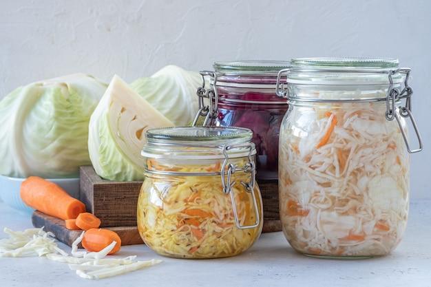Conceito de comida vegetariana fermentada em conserva. frascos de vidro azedo de chucrute de repolho