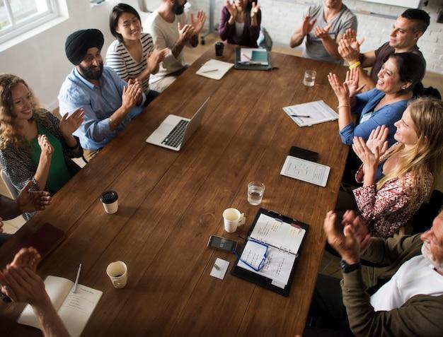 Conceito de compartilhamento de rede de mesa de reunião