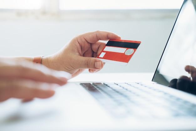 Conceito de compra de compras on-line. pessoas que compram e pagam pelo cartão credeit