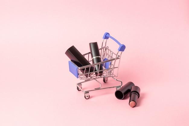 Conceito de compra de cosméticos para compras online com batons